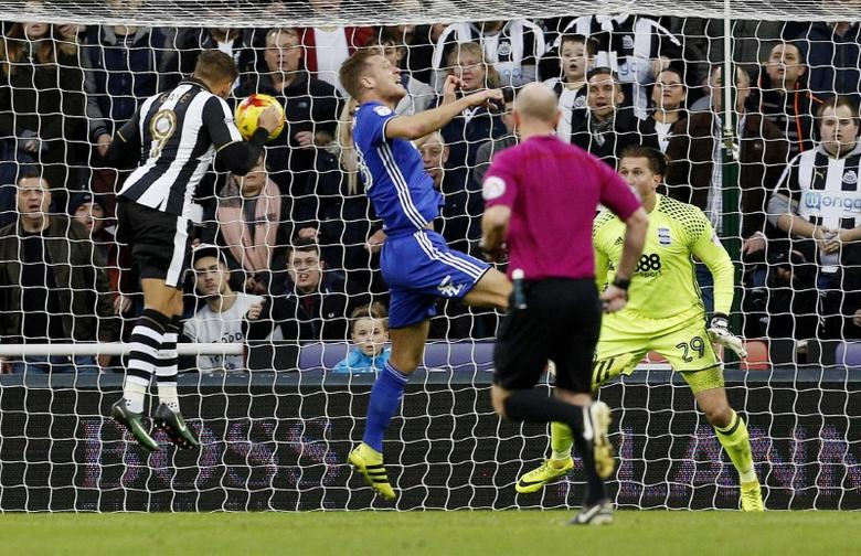 Football Soccer Britain - Newcastle United v Birmingham City - Sky Bet Championship - St James' Park - 10/12/16 Newcastle United's Dwight Gayle scores their first goal Mandatory Credit: Action Images / Craig Brough Livepic