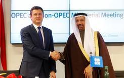 El ministro ruso de Energía, Alexander Novak (izquierda), y el ministro de Petróleo de Arabia Saudita, Khalid al-Falih, se estrechan la mano tras un encuentro de productores de petróleo en  Viena. 10 de diciembre de 2016. La OPEP y otros países productores de petróleo fuera del grupo, incluyendo a Rusia y México, alcanzaron el sábado su primer acuerdo global desde 2001 para recortar en conjunto el bombeo de crudo y aliviar el exceso de oferta que ha mantenido bajos los precios del barril durante dos años. REUTERS/Heinz-Peter Bader