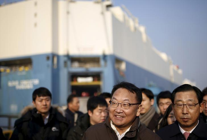 South Korea's new finance minister Yoo Il-ho (C) gets a briefing in front of a car carrier during his visits to a port in Pyeongtaek, South Korea, January 15, 2016.  REUTERS/Kim Hong-Ji