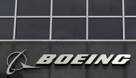 La aerolínea IranAir dijo que firmó el domingo un contrato para comprar 80 aviones de pasajeros a la estadounidense Boeing, informó la agencia estatal de noticias IRNA, en el mayor acuerdo de este tipo entre Irán y Estados Unidos desde la Revolución Islámica de 1979. En la imagen, el logo de Boeing en su sede en Chicago, EEUU, el 24 de abril de 2013.   REUTERS/Jim Young/File Photo