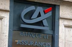 Le Crédit agricole et Amundi à suivre à la Bourse de Paris. Amundi a annoncé lundi la signature d'un accord ferme avec UniCredit sur l'acquisition de Pioneer Investments pour un montant en numéraire de 3,545 milliards d'euros, financé à hauteur de 1,4 milliard d'euros par une augmentation de capital. Le Crédit agricole, maison mère d'Amundi, participera à l'augmentation de capital et maintiendra une participation pro-forma minimale de 66,7% dans sa filiale. /Photo prise le 4 août 2016/REUTERS/Jacky Naegelen