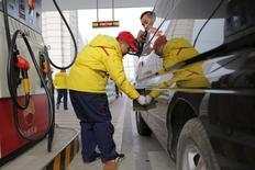 El Ibex-35 abrió con tendencia plana el lunes mientras el mercado busca nuevas referencias que determinen el rumbo de las bolsas tras un repunte del 6,5 por ciento en la semana pasada, con los valores de materias primas al alza ante el avance del crudo. En la imagen de archivo, un operario de una gasolinera de PetroChina pone carburante en un vehículo en Beijing, el 21 de marzo de 2016.  REUTERS/Kim Kyung-Hoon