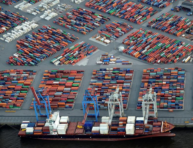 A container ship is loaded at a terminal in the harbour of Hamburg, Germany September 23, 2012. REUTERS/Fabian Bimmer/File Photo