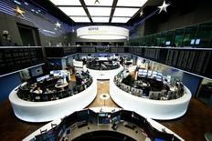 Трейдеры на торгах фондовой биржи во Франкфурте-на-Майне 8 декабря 2016 года. Европейские фондовые рынки мало менялись в начале торгов понедельника, при этом потери фармкоманий нивелировали рост нефтяных акций до максимума почти 17 месяцев. REUTERS/Ralph Orlowski