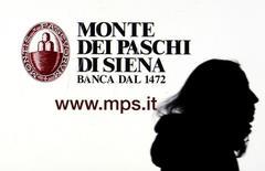 Italia está lista para inyectar capital en el Monte dei Paschi di Siena si el renqueante banco no logra que los inversores aporten el dinero que necesita para mantenerse en funcionamiento, dijo el lunes una fuente del Tesoro. En la imagen, un cartel de Monte dei Paschi di Siena en Milán el 14 de enero de 2016. REUTERS/Stefano Rellandini/File Photo