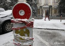 """Парковочный столбик у здания Банка России в Москве 30 января 2015 года. Банк России на последнем в уходящем году заседании совета директоров в пятницу, 16 декабря, не будет трогать ключевую ставку, в желании заработать большее доверие рынка к своим декларациям о намерениях и учитывая риски """"залипания"""" инфляции в следующем году вблизи отметки 5 процентов, говорят опрошенные Рейтер аналитики. REUTERS/Grigory Dukor"""
