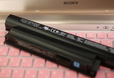 La Commission européenne a infligé lundi une amende d'un montant total de 166 millions d'euros à Sony, Panasonic et Sanyo pour entente sur les prix des batteries ion-lithium rechargeables pour ordinateurs portables et téléphones mobiles. /Photo d'archives/REUTERS/Kim Kyung-Hoon