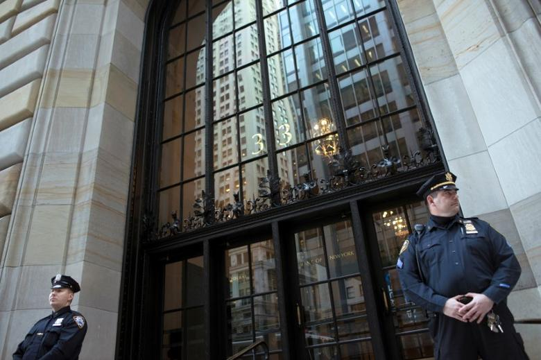 Federal Reserve and New York City Police officers stand guard in front of the New York Federal Reserve Building in New York, October 17, 2012.   To match Special Report CYBER-HEIST/FEDERAL     REUTERS/Keith Bedford/File Photo        TPX IMAGES OF THE DAY      - RTSJ02O