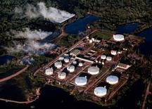 Imagen de archivo del oleoducto Caño Limón-Coveñas en Colombia, jul 23, 2001. La estadounidense Occidental Petroleum Corp reanudó la producción de crudo en el campo de Caño Limón en Colombia, que permaneció suspendida más de una semana por una escalada de ataques de la guerrilla del ELN contra un oleoducto, informaron el lunes fuentes militares y de la industria petrolera.