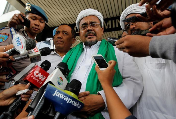 Habib Rizieq, spiritual leader of the hardline Islamic Defenders Front, speaks to the media after giving testimony in an investigation over blasphemy allegations against Jakarta Governor Basuki Tjahaja Purnama, nicknamed ''Ahok'', at police headquarters in Jakarta, Indonesia November 23, 2016. REUTERS/Iqro Rinaldi