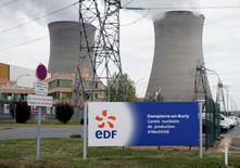 EDF a annoncé lundi son intention de redémarrer dès le 20 décembre trois réacteurs nucléaires arrêtés pour des contrôles, soit onze jours plus tôt que prévu. Les trois unités concernées - Gravelines 2, Dampierre 3 et Tricastin 3 - font partie des réacteurs contrôlés par le groupe après la mise en évidence d'un risque de rupture de leurs générateurs de vapeur. /Photo d'archives/REUTERS/Régis Duvignau