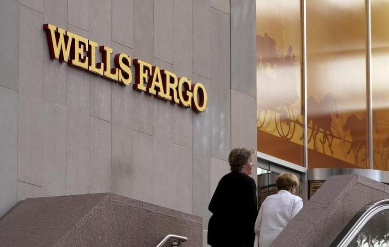 Customers approach the Wells Fargo & Co. bank in downtown Denver April 13, 2016.  REUTERS/Rick Wilking