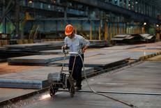 Рабочий на заводе China Steel Corporation в южном Тайване. Промышленное производство и розничные продажи в Китае в ноябре росли более быстрыми темпами, чем ожидалось, а увеличение инвестиций в основные фонды совпало с прогнозами, в очередной раз указав на стабилизацию второй по величине экономики мира. REUTERS/Tyrone Siu