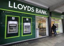 L'Etat britannique a ramené sa participation dans Lloyds Banking Group sous la barre des 7% dans le cadre de ses efforts pour parvenir à un désengagement complet de la banque en 2017. /Photo d'archives/REUTERS/Paul Hackett