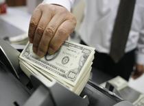 Le renchérissement du dollar et celui des coûts de financement dans la devise américaine avec la hausse des taux d'intérêt aux Etats-Unis risquent de peser en 2017 sur la capacité de remboursement de plusieurs pays émergents et de leurs entreprises. /Photo d'archives/REUTERS/Lee Jae-Won