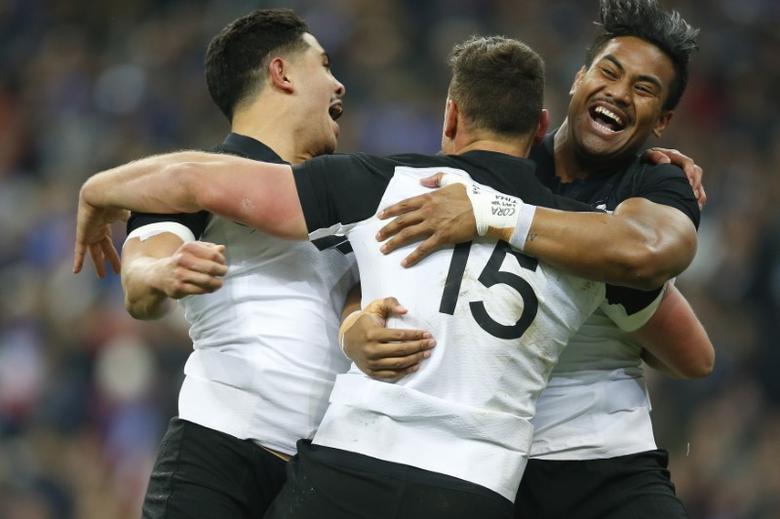 France Rugby - France v New Zealand All Blacks - Stade de France, Saint-Denis near Paris, France, 26/11/2016. New Zealand players including Julian Savea (R) celebrate.    REUTERS/Gonzalo Fuentes