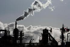НПЗ в городе Уилмингтон, Калифорния. 24 марта 2012 года. Цены на нефть снизились в среду после сообщений о неожиданном росте запасов в США и предположении, что страны ОПЕК могли произвести больше нефти в ноябре, чем ожидалось ранее, потенциально подрывая планы сокращения добычи. REUTERS/Bret Hartman/File Photo