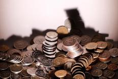 Рублевые монеты 7 июня 2016 года. Рубль в небольшом минусе утром среды на фоне отрицательной текущей динамики нефти, но в его пользу могут выступать денежные потоки в преддверии очередного налогового периода, стартующего завтра. REUTERS/Maxim Zmeyev/Illustration