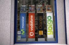 Masmóvil, que controla los operadores Yoigo y Pepephone, dijo el miércoles que alcanzó un acuerdo para zanjar una disputa legal de Yoigo con Telefonica Móviles, a la que pagará 11 millones de euros. En la imagen de archivo, logos de los operadores Movistar, Vodafone, Orange y Yoigo en una tienda en Madrid. REUTERS/Andrea Comas
