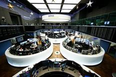 À Paris, l'indice CAC 40 perd 0,57% dans les premiers échanges, repassant sous la barre des 4.800 points franchie la veille pour la première fois depuis un an. À Francfort, le Dax cède 0,25% et à Londres, le FTSE laisse 0,31%. /Photo prise le 8 décembre 2016/REUTERS/Ralph Orlowski