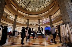El grupo textil gallego Inditex, dueño de la marca Zara, registró en los primeros nueve meses de su ejercicio fiscal 2016 un beneficio atribuible de 2.205 millones de euros, un aumento del 9 por ciento sobre el año anterior, dijo la empresa el miércoles.  En la foto, una tienda de Zara en el centro de Barcelona el 13 de diciembre de 2016. REUTERS/Albert Gea