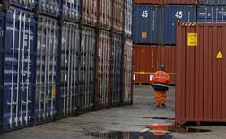 El número de personas con trabajo en Reino Unido cayó por primera vez en más de un año en el período de tres meses transcurrido hasta octubre, según datos oficiales publicados el miércoles, lo que sugiere una ralentización del mercado laboral tras el referéndum del Brexit. En la imagen, un trabajador camina por la terminal de contendores del puerto de Liverpool  9 de diciembre de 2016. REUTERS/Phil Noble
