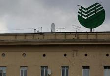 Логотип Сбербанка на здании в центре Москвы 22 апреля 2016 года. Сбербанк, основным акционером которого является российский Центробанк, в своем базовом сценарии ожидает снижения ключевой ставки ЦБР к концу 2017 года до 8,5 процента с нынешнего уровня 10,0 процента, к концу 2018 года - до 8,0 процента и к концу 2019 года - до 7,5 процента. REUTERS/Maxim Zmeyev