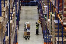 Un ouvrier travaille dans le centre de distribution de la chaîne de supermarchés Sainsbury à Thameside, à l'est de Londres. Le nombre de personnes ayant un emploi en Grande-Bretagne a reculé sur les trois mois à fin octobre pour la première fois en plus d'un an, selon les statistiques officielles publiées mercredi, une évolution suggérant un ralentissement du marché du travail après le vote en faveur d'une sortie du pays de l'UE. /Photo d'archives/REUTERS/Luke MacGregor
