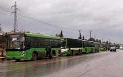 حافلات تنتظر في ملعب الحمدانية  لإجلاء المدنيين من جيب تابع للمعارضة في حلب يوم الأربعاء. تصوير: عمر صناديقي - رويترز