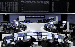 À Paris, le CAC 40 perd 0,65% à la mi-séance. À Francfort, le Dax cède 0,26% et, à Londres, le FTSE laisse 0,13%. /Photo prise le 9 novembre 2016/REUTERS