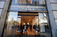 Inditex, le groupe espagnol numéro un mondial du prêt-à-porter et propriétaire de la chaîne Zara, a fait état mercredi d'une hausse de 9% de son bénéfice sur les neuf premiers mois de l'exercice, avec des ventes qui ont continué d'accélérer en dépit des températures inhabituellement clémentes de l'automne dans bon nombre de pays européens. /Photo prise le 13 décembre 2016/REUTERS/Albert Gea