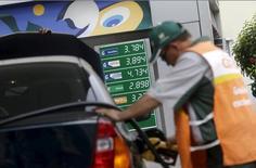 Frentista abastece carro em posto da Petrobras no Rio de Janeiro. 30/09/2015 REUTERS/Ricardo Moraes