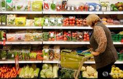 Женщина в магазине Дикси в Москве 20 октября 2016 года. Потребительские цены в России с 6 по 12 декабря 2016 года поднялись на 0,1 процента, как предыдущие две недели, сообщил Росстат в среду. REUTERS/Maxim Zmeyev