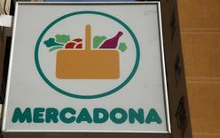 La cadena de supermercados Mercadona anunció el miércoles que va a invertir 180 millones de euros en 2017 para reformar 125 tiendas dándoles un formato más eficiente, lo que supone un giro a su estrategia en España en un momento en el que está llegando al límite de su expansión orgánica en el país. En la imagen, el logo de Mercadona en un supermercado en Madrid, el 4 de marzo de 2016. REUTERS/Sergio Pérez