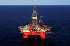 Глубоководная нефтяная платформа Centenario в Мексиканском заливе. Цены на нефть продолжают снижаться в ходе вечерних торгов в среду на фоне роста запасов в США и опасений ОПЕК в том, что избыток предложения на мировом рынке в следующем году может увеличиться.   REUTERS/Henry Romero