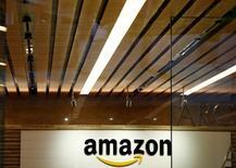 """Amazon.com Inc lanzó el miércoles su servicio de vídeo a la carta, Prime Video, en casi todos los países excepto China, compitiendo con el pionero en el vídeo en 'streaming' Netflix Inc.Prime Video, con series populares como """"The Grand Tour"""", """"Transparent"""" y """"The Man in the High Castle"""", estará incluido con las suscripciones premium en 19 países, incluyendo España, India, Canadá y Francia. En la imagen, el logo de Amazon.com en una oficina de Amazon en Tokio, 8 de agosto de 2016. REUTERS/Kim Kyung-Hoon/Files"""
