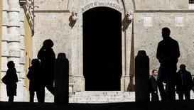 L'entrée du siège de la banque à Sienne, en Italie. Banca Monte dei Paschi di Siena pourrait rouvrir jeudi son offre d'échange de dettes contre des actions si son conseil d'administration donne son feu vert mercredi à une poursuite du plan de recapitalisation de cinq milliards d'euros censé lui éviter un renflouement par l'Etat, a-t-on appris de deux sources proches du dossier. /Photo d'archives/REUTERS/Max Rossi