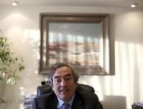 La patronal CEOE lanzó el miércoles un comunicado en el que criticó duramente las medidas fiscales del Gobierno y calificó de cortoplacista y de escaso recorrido la idea de elevar los impuestos a las empresas en vez de reducir el gasto de la administración. En la imagen, Joan Rosell, presidente de la CEOE, en una entrevista con Reuters en Madrid, 10 de diciembre de 2013. REUTERS/Sergio Pérez