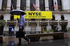 La Bourse de New York a fini en baisse une séance volatile mercredi. L'indice Dow Jones a cédé 0,6%, soit 118,68 points, à 19.792,53, interrompant ainsi une série de sept séances de hausse d'affilée. /Photo d'archives/REUTERS/Brendan McDermid