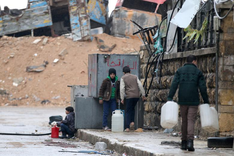 Civilians fill containers with water in a rebel-held besieged area of Aleppo, Syria December 14, 2016. REUTERS/Abdalrhman Ismail