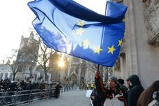 Las empresas de la zona euro acabaron el año con buena nota, según lo previsto, según un sondeo que mostró que alcanzaron un sólido crecimiento y que los precios subían al ritmo más rápido desde mediados de 2011.   Imagen de un hombre sosteniendo una bandera de la Unión Europea en el centro de Londres, el 5 de diciembre de 2016.  REUTERS/Victoria Jones/Pool