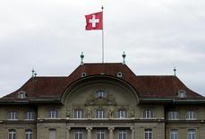 """La Banque nationale suisse (BNS) a laissé sa politique monétaire inchangée jeudi, ses taux restant à leur plus bas niveau historique. Elle a redit également qu'elle continuait d'intervenir """"au besoin"""" sur le marché des changes, jugeant que le franc reste """"nettement surévalué"""". /Photo d'archives/REUTERS/Ruben Sprich"""