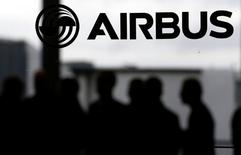 Airbus Group avance de 2,29% à 63,83 euros à mi-séance dans le sillage du renforcement du dollar. /Photo prise le 24 novembre 2016/REUTERS/Régis Duvignau