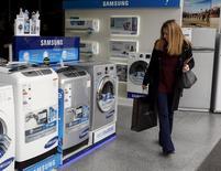 Una mujer mirando lavadoras en una tienda de equipamientos en Buenos Aires, jun 22, 2015. Los precios minoristas de Argentina se incrementaron un 1,6 por ciento en noviembre, dijo el jueves el Instituto Nacional de Estadística y Censos (Indec), un dato que se ubicó levemente por debajo de lo esperado por analistas.    REUTERS/Agustin Marcarian