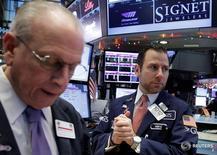 Трейдеры на торгах Нью-Йоркской фондовой биржи 15 декабря 2016 года. Американский фондовый рынок завершил в плюсе торги четверга благодаря росту банковского сектора после того, как накануне ФРС подняла диапазон ключевой ставки второй раз почти за десять лет. REUTERS/Brendan McDermid