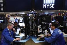 Wall Street a fini la séance de vendredi sur une note étale, le Nasdaq toutefois terminant sur une légère perte. L'indice Dow Jones a cédé 8,32 points (0,04%) à 19.843,92 points. Le S&P-500, plus large, a perdu 3,97 points (0,18%) à 2.258,06 points. /Photo prise le 13 décembre 2016/ REUTERS/Lucas Jackson
