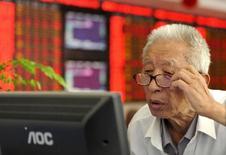Un inversor revisa la pantalla de una computadora en una correduría en Fuyang, China, jul 9. 2015. Los inversores suenan optimistas sobre una buena temporada para la economía mundial el próximo año, pero pese a las ideas de enormes recortes de impuestos por parte del entrante presidente estadounidense, Donald Trump, las perspectivas lucen similares a las del 2016: desiguales y nada espectaculares. REUTERS/China Daily IMAGEN SOLO PARA USO EDITORIAL