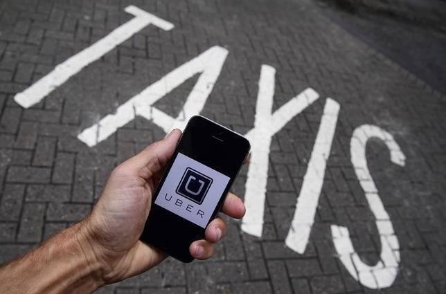 12月16日、配車サービス大手の米ウーバー・テクノロジーズは、自動運転車試験の認可申請を求めたカリフォルニア州車両管理局(DMV)の要求に応じない立場をあらためて表明した。写真はスマートフォンにインストールされたUberアプリ。英ロンドンで10月撮影(2016年 ロイター/Toby Melville)