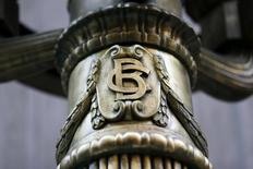 El logo del Banco Central de Chile en una de las lámparas fuera del banco en el centro de Santiago. 25 de agosto 2014. El Banco Central de Chile recortó el lunes su estimación de crecimiento para la economía y de la inflación en 2017, ante una debilitada actividad doméstica, lo que sería contrarrestado con un mayor relajamiento de la política monetaria en próximos meses. REUTERS/Ivan Alvarado