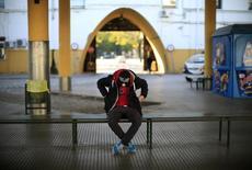 El Ministerio de Empleo y las Comunidades Autónomas acordaron el lunes simplificar las condiciones para que los jóvenes españoles sin trabajo y que no están estudiando o formándose -llamados 'ninis' coloquialmente- puedan beneficiarse de su sistema de garantía juvenil ante la infrautilización de dicho programa. En la imagen de archivo, un joven sentado en una estación de autobuses en Sevilla.  REUTERS/Marcelo del Pozo